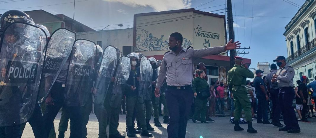 policías en calles cubanas